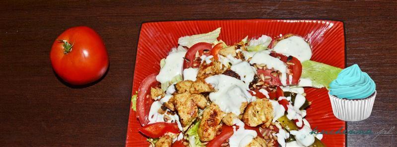 Sałatka z kurczakiem, prażonym słonecznikiem i sosem czosnkowym.