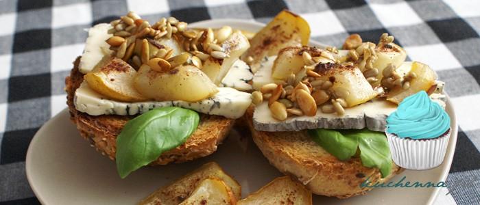 Grzanki z serem i pieczoną gruszką