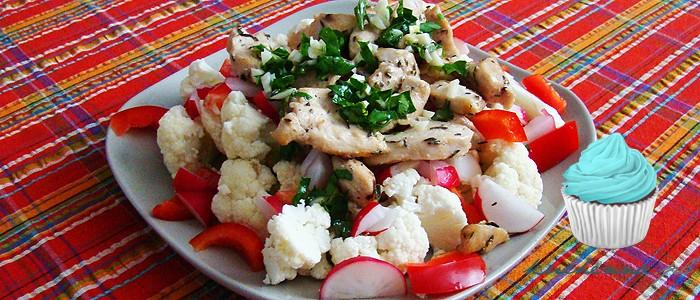 Sałatka z surowym kalafiorem i kurczakiem