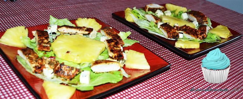 Pierś z kurczaka na sałacie z ananasem i serem pleśniowym