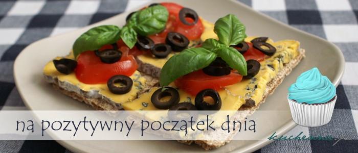 Kanapki z serem pleśniowym Lazur, pomidorem i oliwkami
