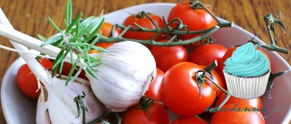 Grzanki z mozzarellą, pomidorkami cherry i ziołami