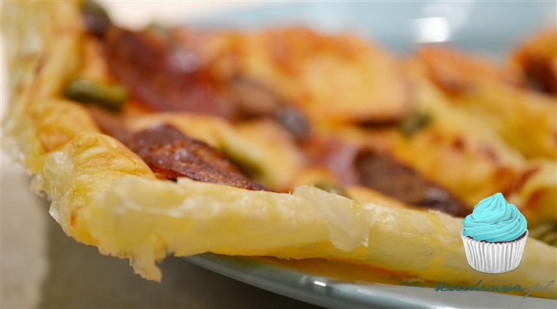 Tarta na cieście francuskim z kabanosem, chorizo, zielonymi oliwkami i oscypkiem.