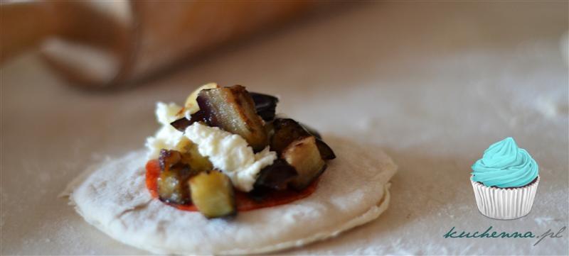 Mini calzone z grillowanym bakłażanem, mozzarellą i salami.