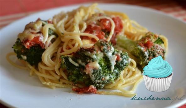 Zapiekanka z makaronem, brokułami i pomidorami