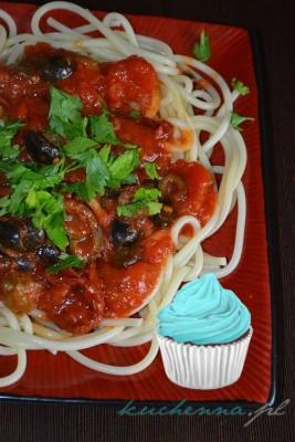 Spaghetti z pomidorami, oliwkami i kaparami (Pasta alla puttanesca)