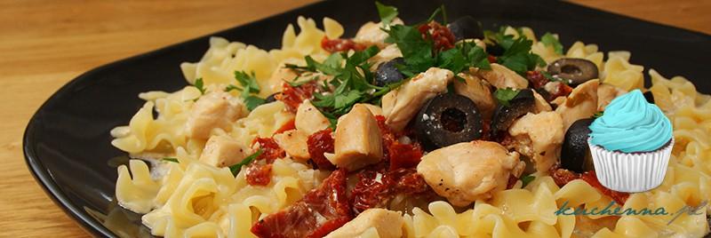 Makaron z kurczakiem, suszonymi pomidorami i czarnymi oliwkami, w sosie śmietanowym