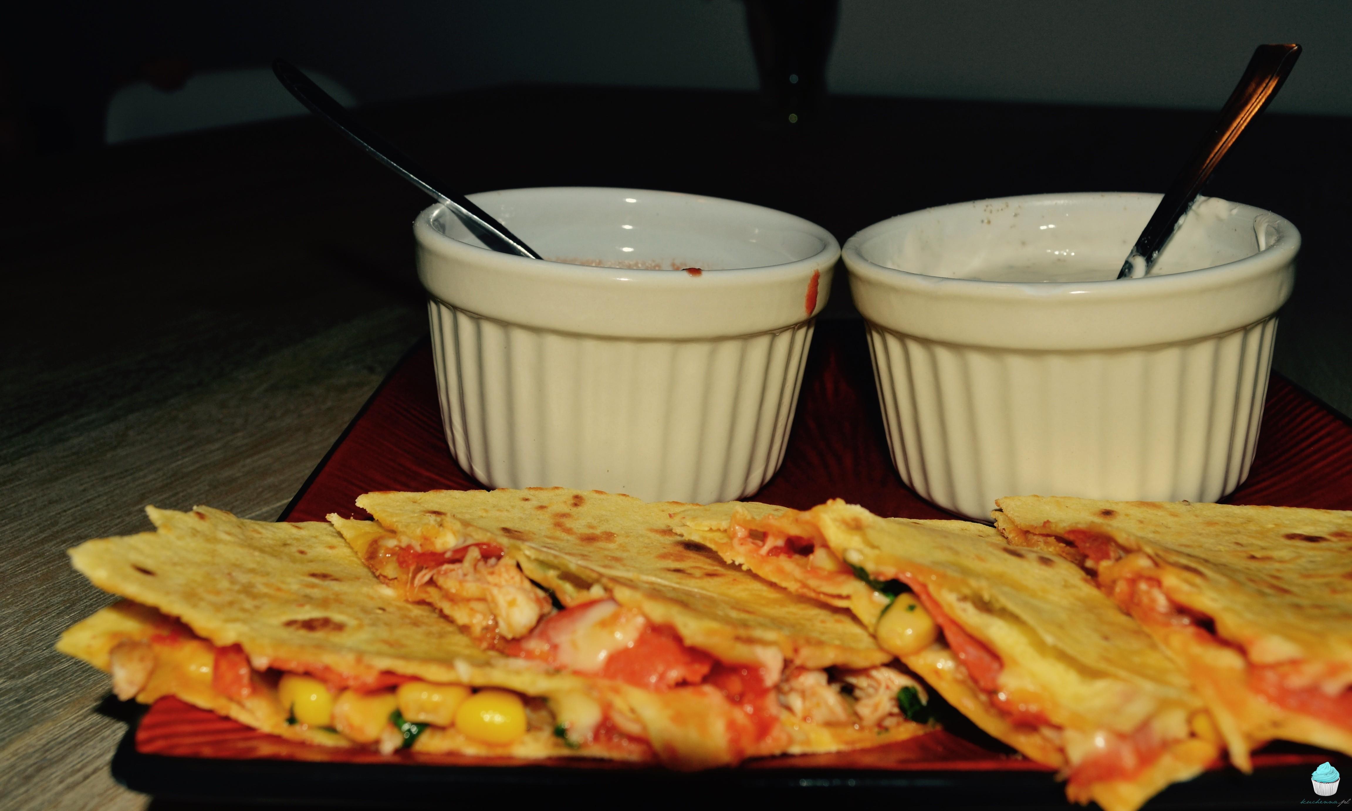 Quesadillas z kurczakiem oraz salsą śmietanową i pomidorową